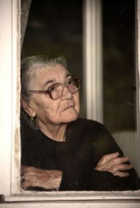 Alte Frau wartend am Fenster